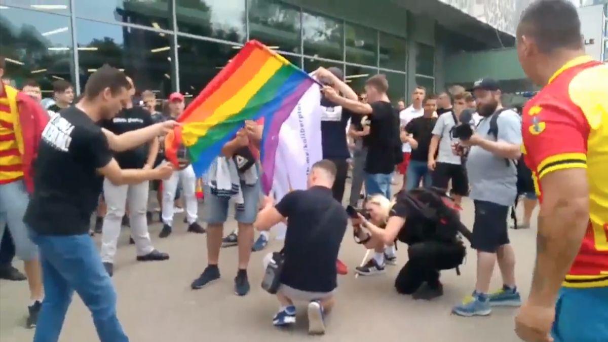 VPolsku zadrželi násilníky ze sobotního pride pochodu. Pálili LGBT vlajky
