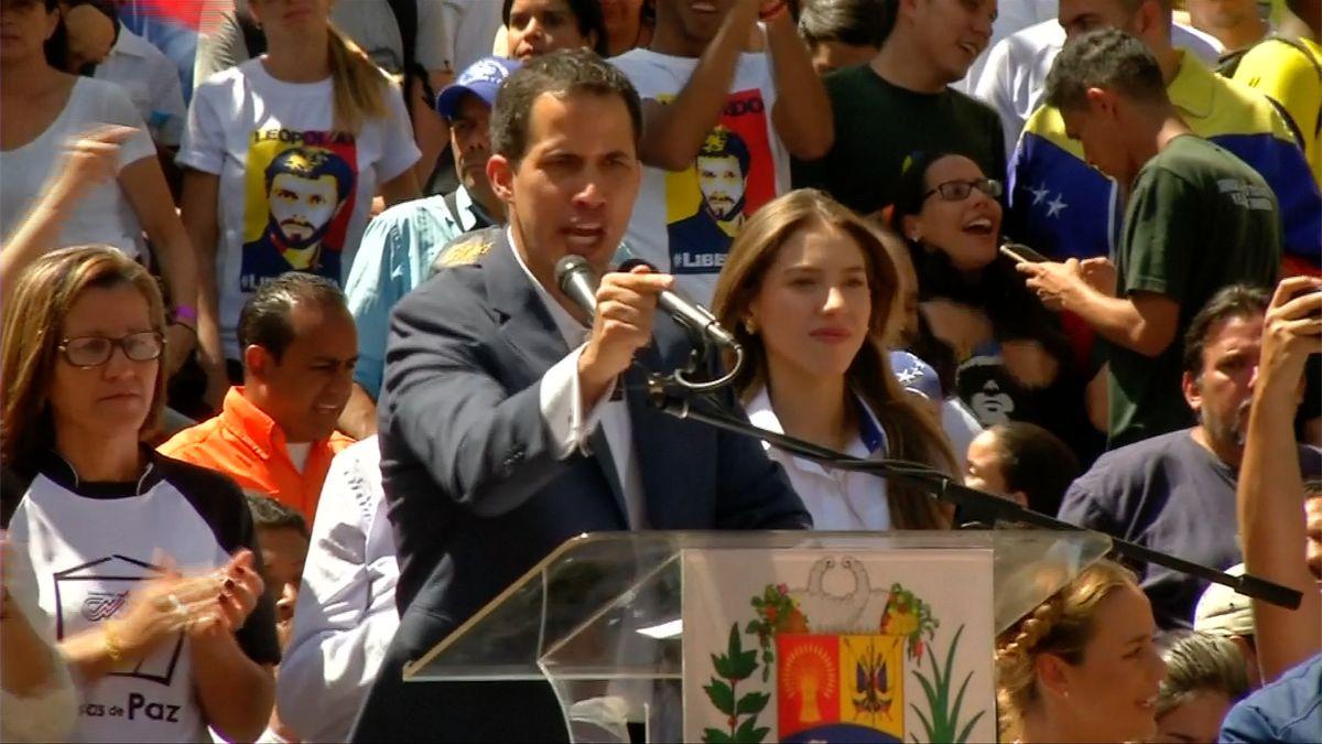 Guaidó slibuje otevřít hranice pro pomoc do 10dní, Lavrov varuje USA před intervencí