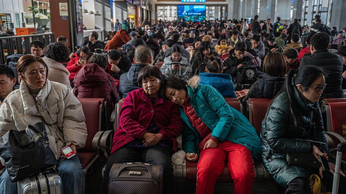 Epidemiologova noční můra. VČíně řádí koronavirus, Číňané slaví nový rok a cestují