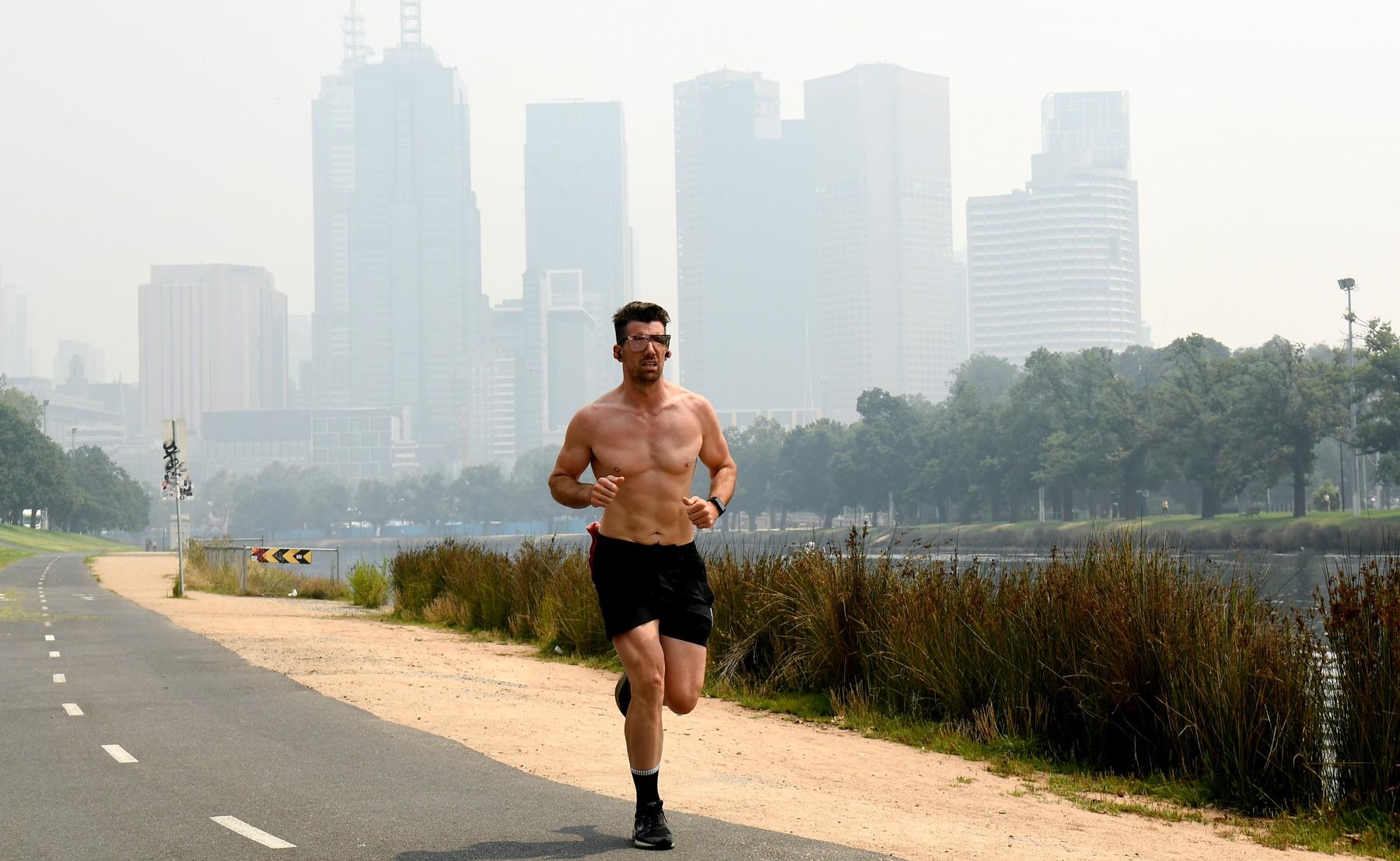Rostoucí znečištění zastavilo australský otevřený trénink a zpozdilo kvalifikaci.