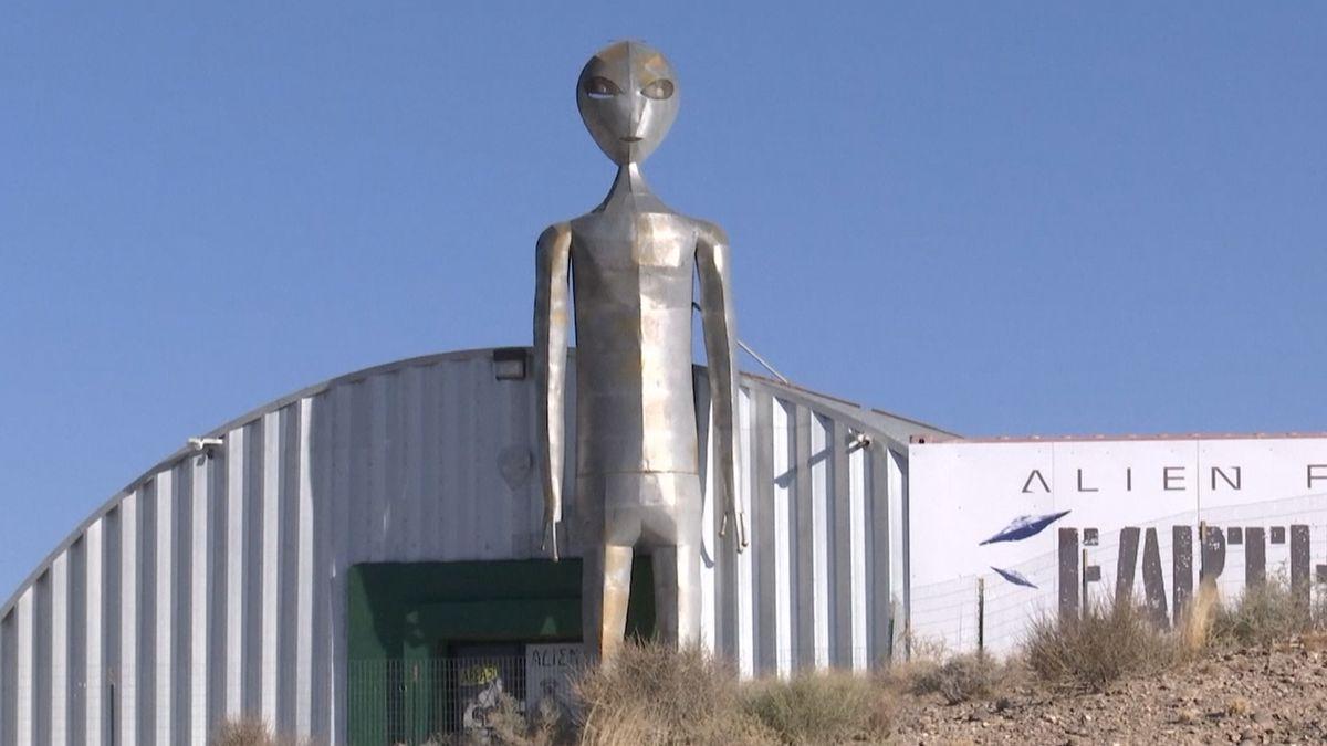 Nastal den, kdy mají zvědavci vtrhnout do Oblasti 51, aby viděli mimozemšťany. Dorazily jich už stovky