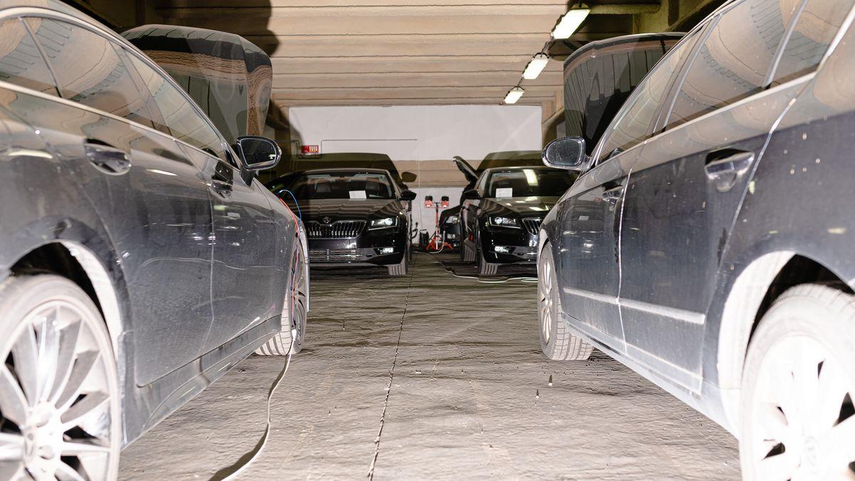 Obrazem: Tajný sklad zabavených automobilů