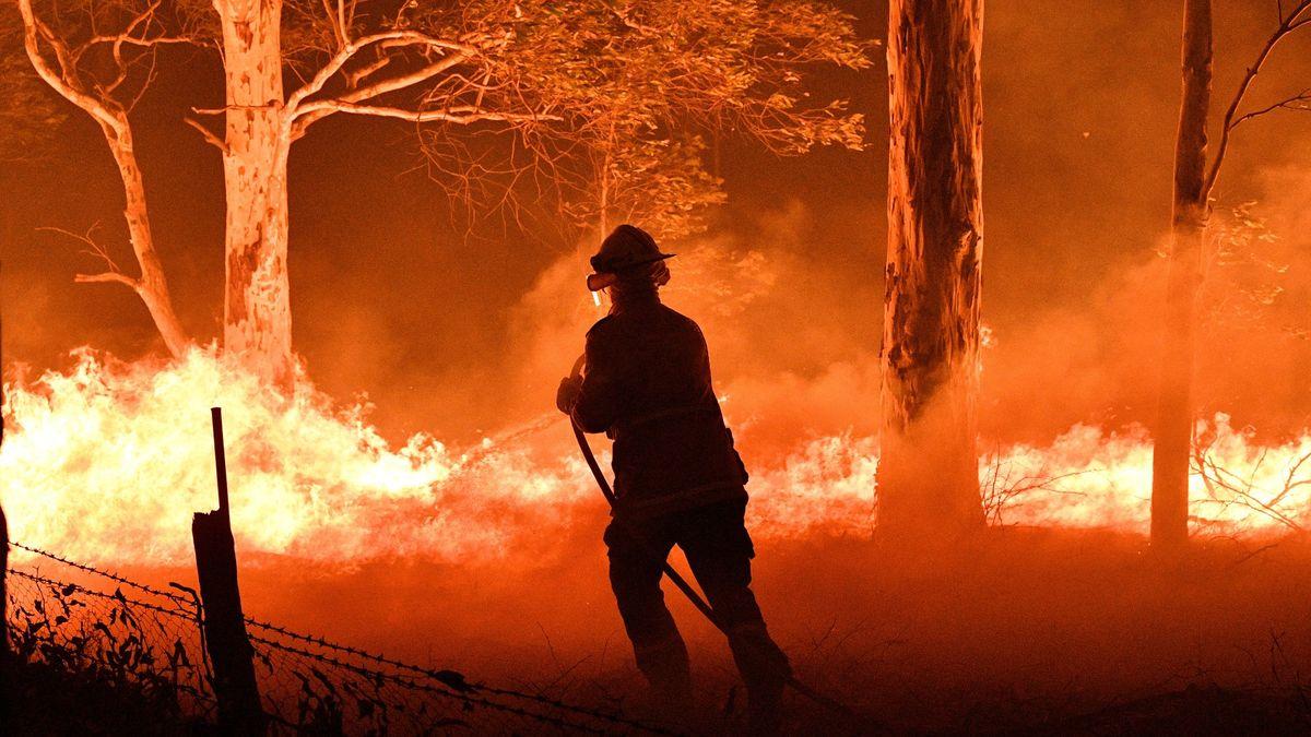 Utečte před ohněm, vyzvala vláda statisíce lidí. Austrálie sčítá škody obřích požárů