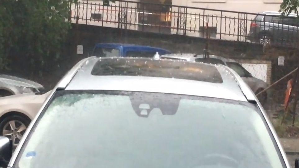 Online: Prahou se prohnala silná bouře, kroupy poničily auta