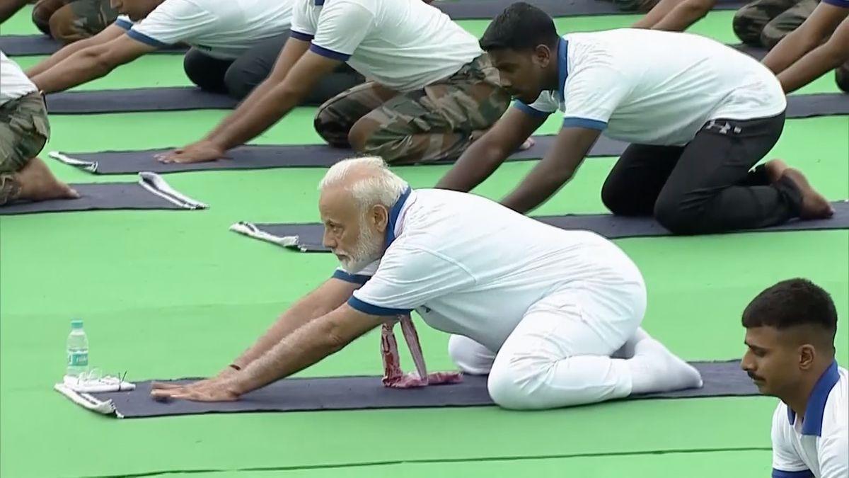 Indický premiér si spolu střicetitisícovým davem zacvičil na Mezinárodní den jógy