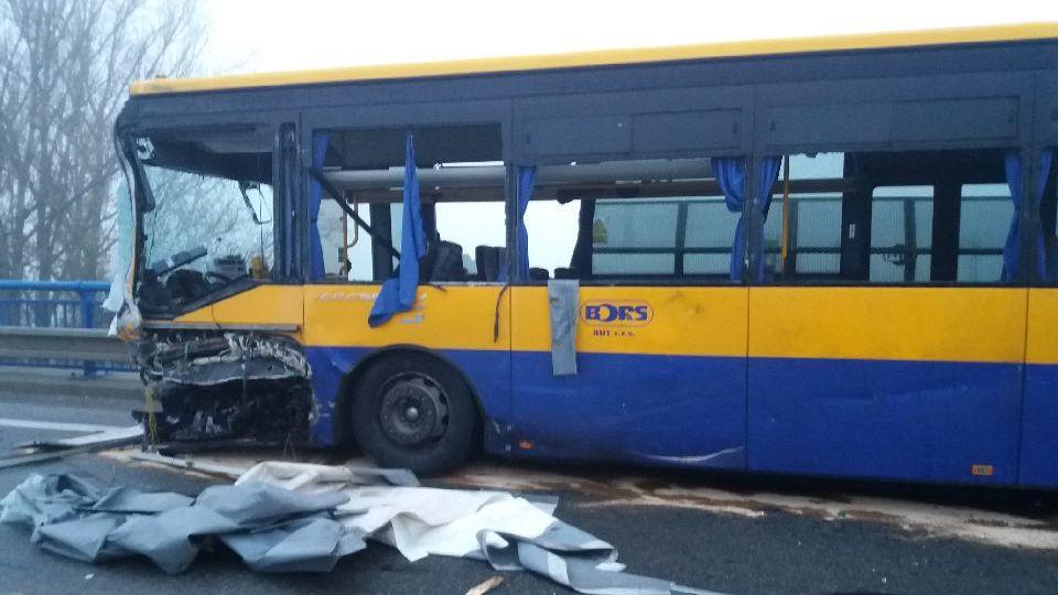 UBřeclavi se na mostě srazil autobus sdvěma auty, šest zraněných