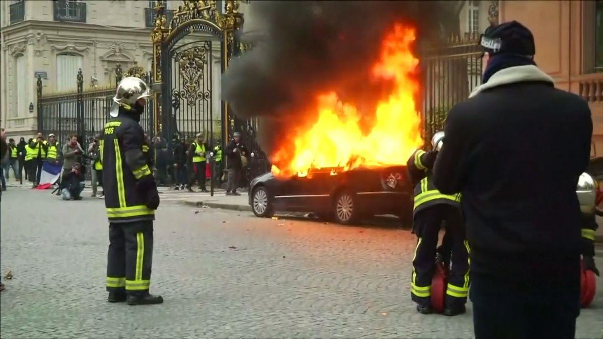 Hořící auta, vytlučené výlohy a více než stovka zraněných. Francie se vzpamatovává zbouřlivých demonstrací