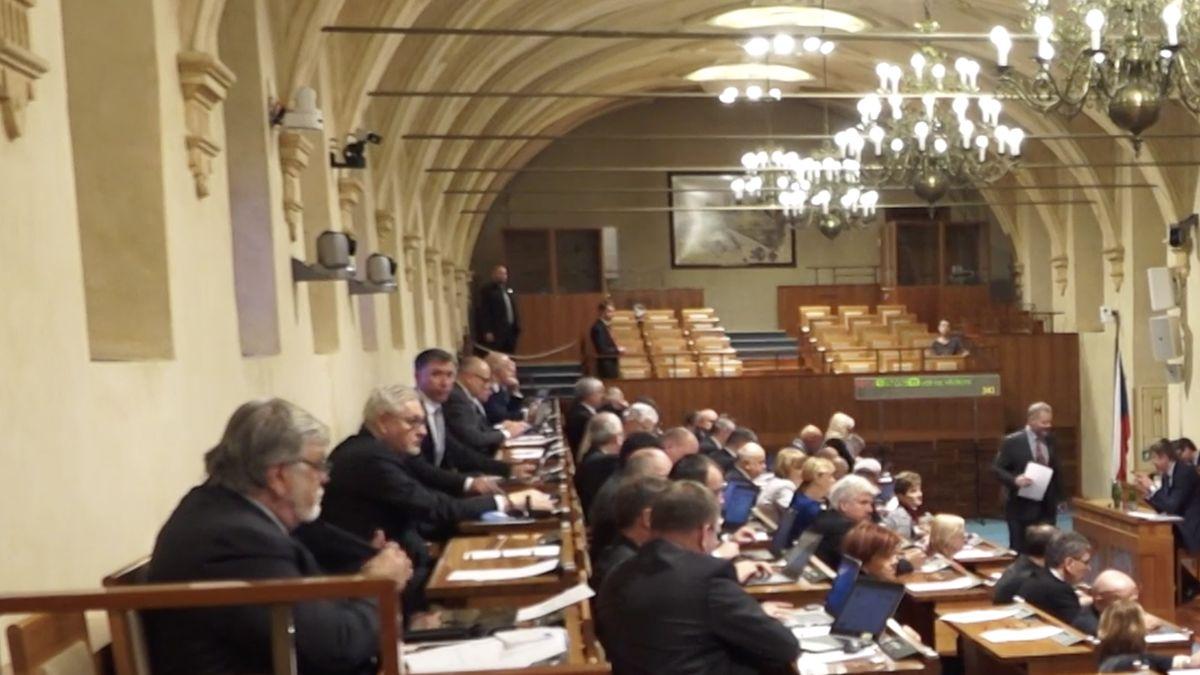 Má dát každý Čech státu otisícovku ročně víc? Spor odaňový balíček nekončí