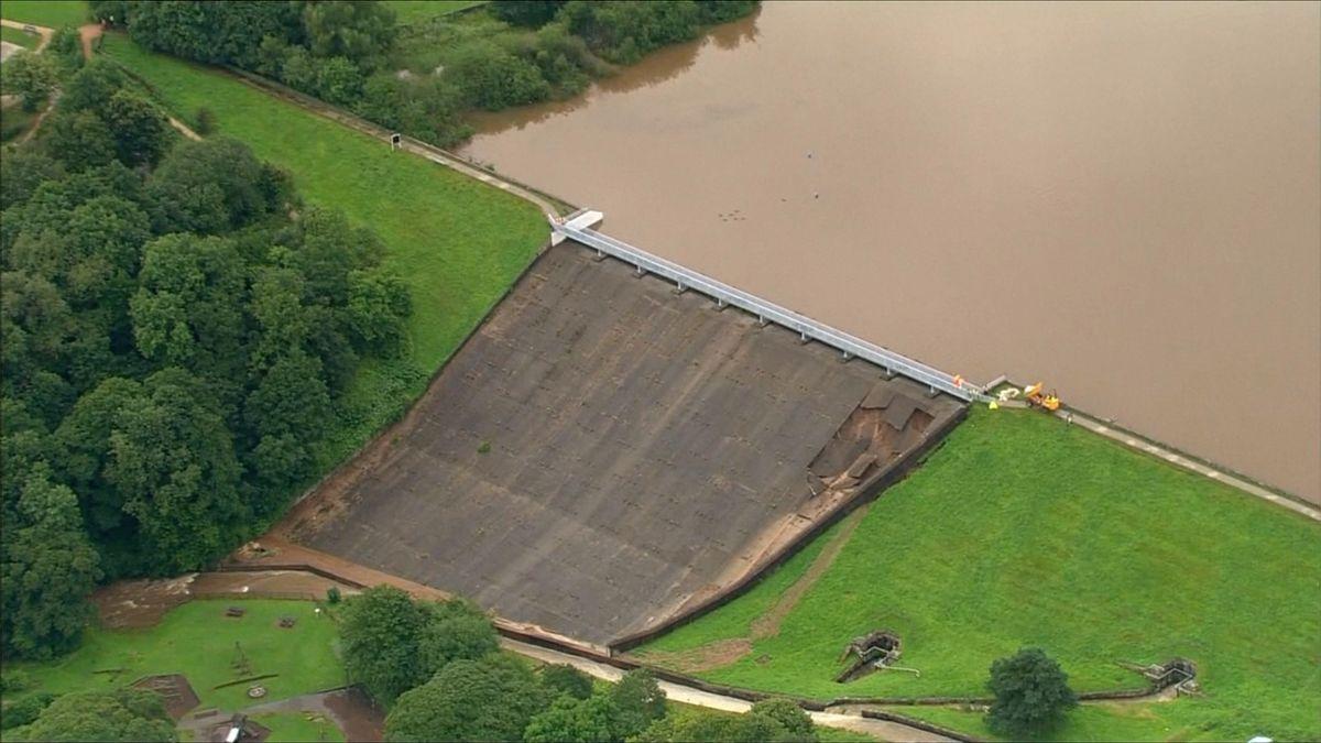 Deště poškodily hráz přehrady nad anglickým městečkem. Část lidí odmítá evakuaci a riskuje život
