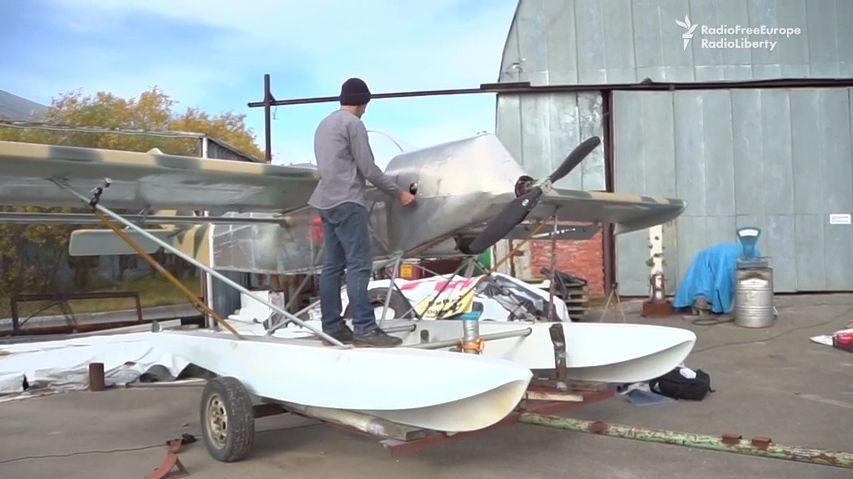 Rus se snaží zkonstruovat letadlo spomocí lepenky a žehlicího prkna