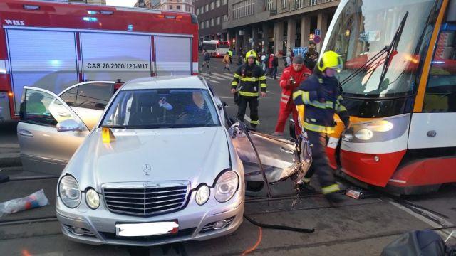 Dopravu na I. P. Pavlova zkomplikovala nehoda tramvaje a auta