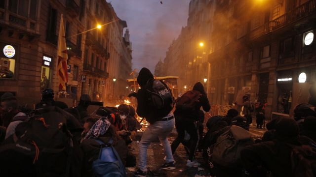 VBarceloně protestovalo přes půl milionu lidí. Klidné protesty večer vystřídal oheň, kameny a obušky