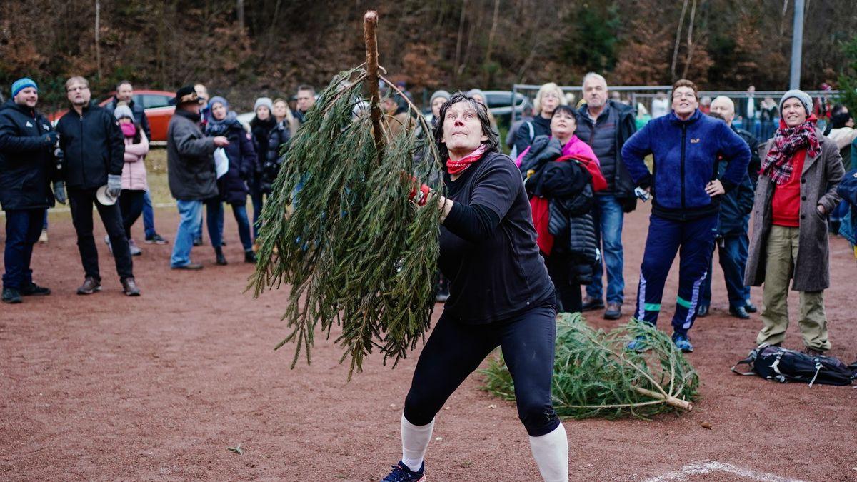 Týden obrazem: soutěž vházení vánočních stromků icirkus upapeže