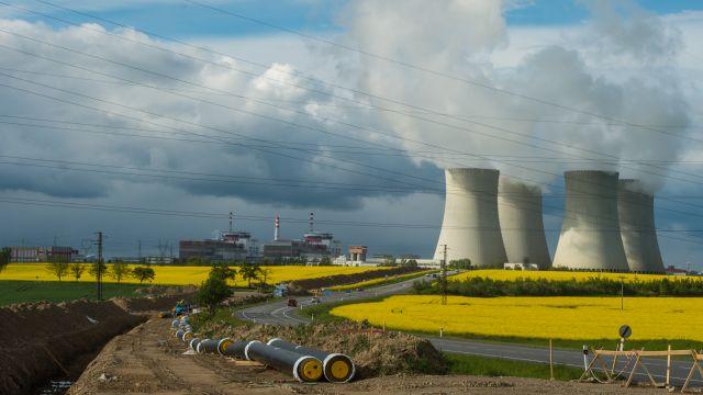 Stojí jaderná energetika nad propastí? Stavby nových elektráren se prodražují, protahují a krachují