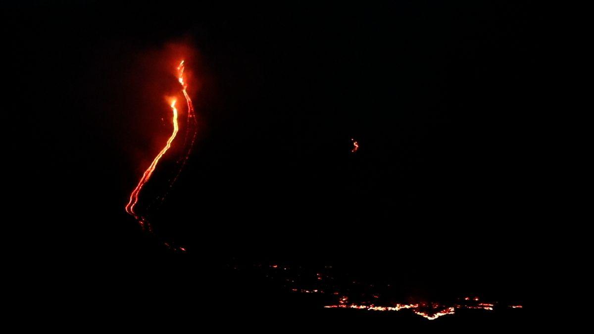 Etna dnes ráno vyhnala lidi zdomů, mračna popela a proudy lávy následovalo zemětřesení