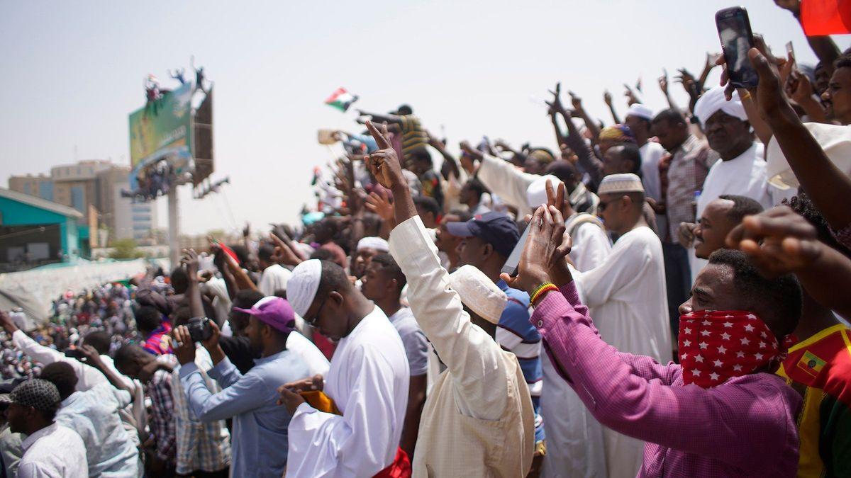 Súdánci vulicích dále protestují. Se starou vládou bude brzy konec