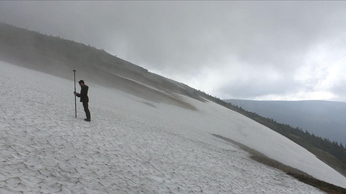 Krkonošskou Mapu republiky dnes poprvé měřili dronem. Výška sněhu je ještě přes osm metrů