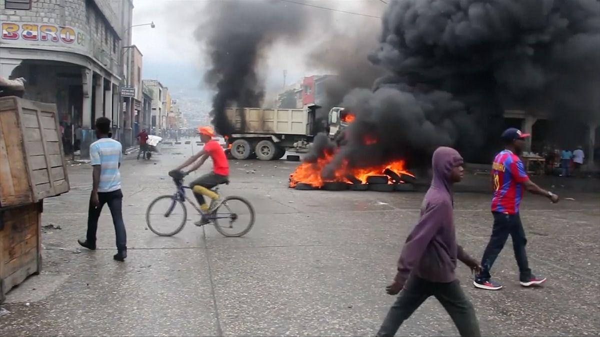 Tisíce lidí vulicích, hořící barikády a dva mrtví. Haiťané chtějí kvůli korupci svrhnout prezidenta