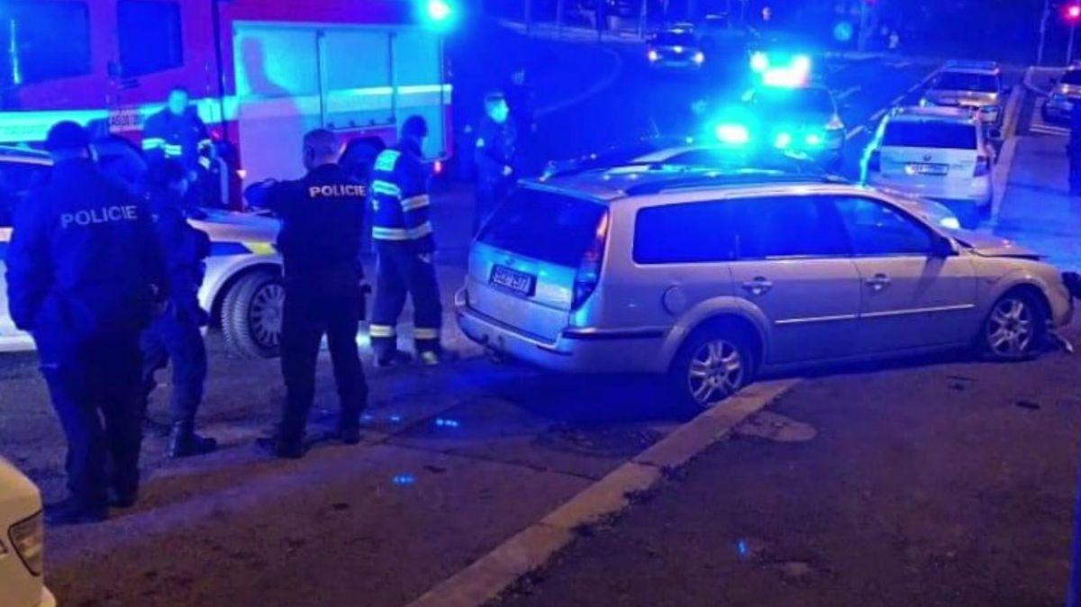 Neobvyklý noční zásah, ujíždějící auto vPraze zastavil až zátaras