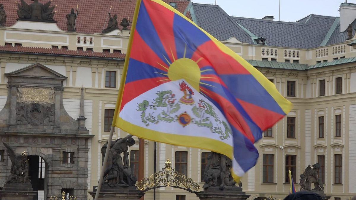 Dva Číňané napadli vPraze ženu svlajkou Tibetu. Trestný čin se nestal, řekl soud
