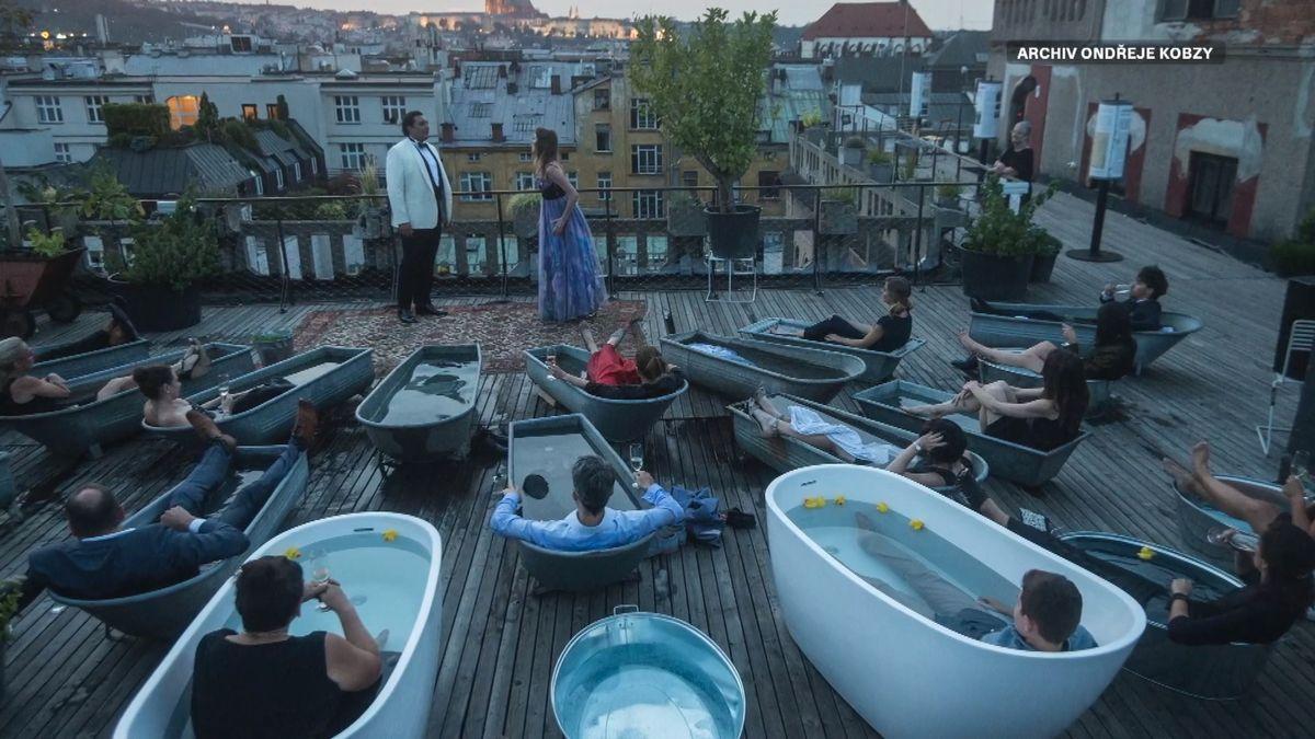 Piana na ulici, otevřená střecha Lucerny. Kavárník Kobza chce, aby město žilo