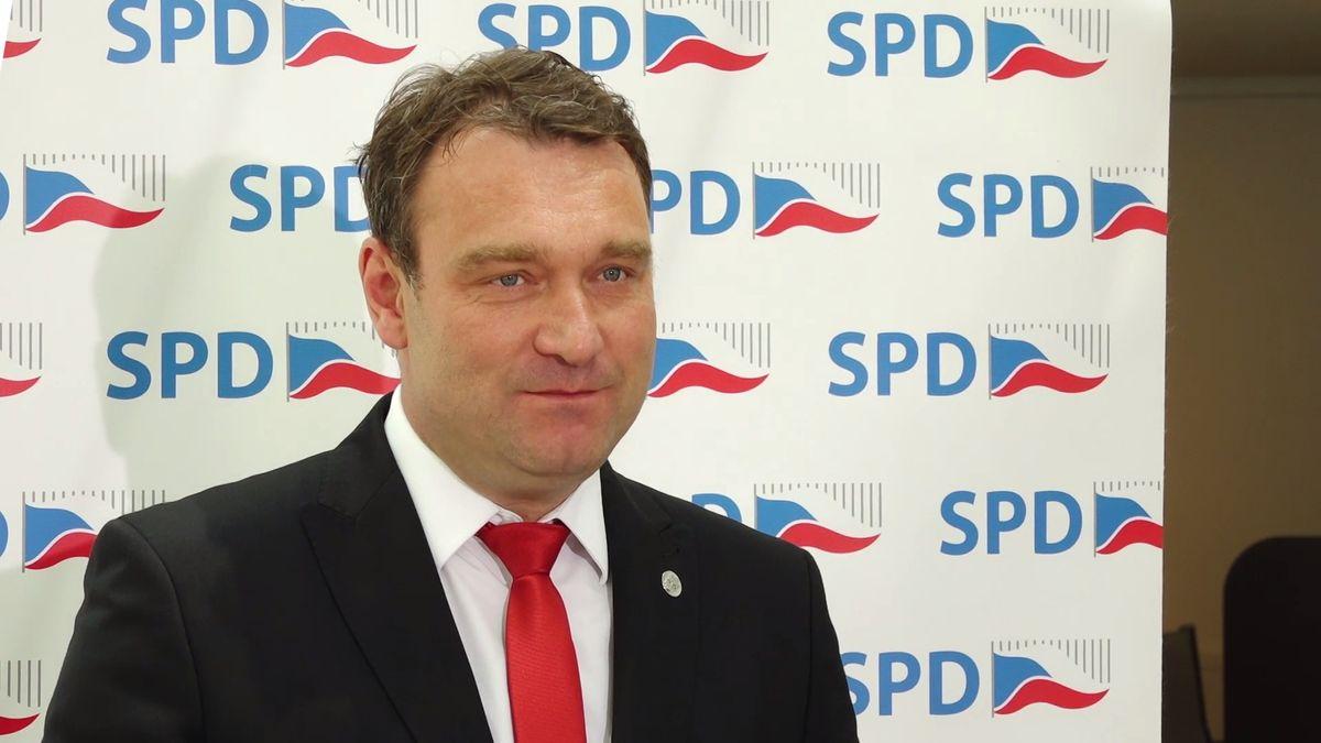 """Červnová recese vytáčí vedení SPD, Češi leží vnemocnicích nejdéle zEU a """"pyropes vakci"""""""