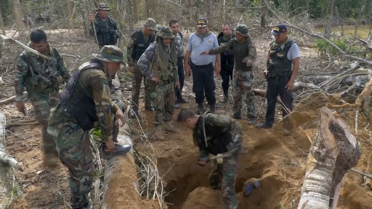 Do boje proti ilegální těžbě zlata vytáhla vPeru armáda. Štoly likviduje dynamitem
