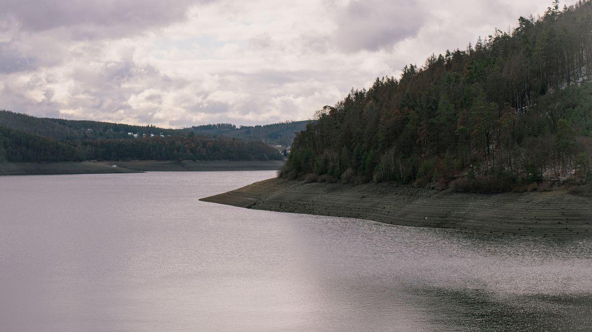 Fotky: Orlík upustil vodu. Aukázalo se, co lidé naházeli do přehrady