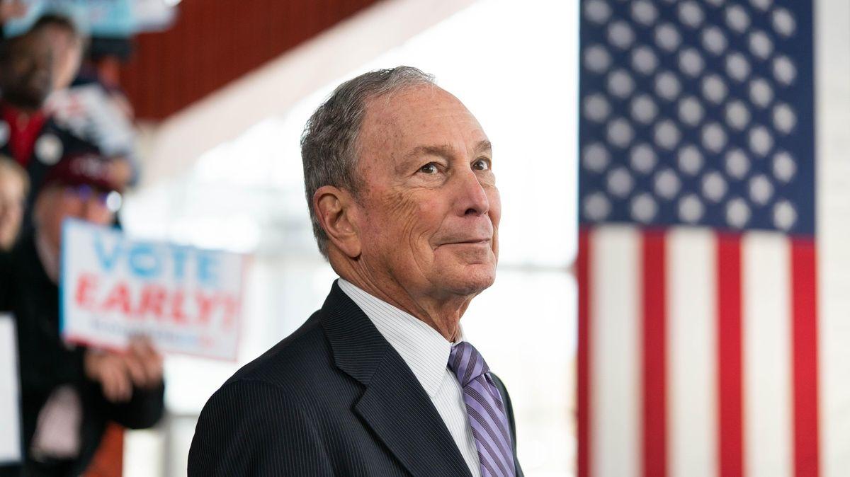 Bloomberg se po perné první debatě brání zmanipulovaným videem