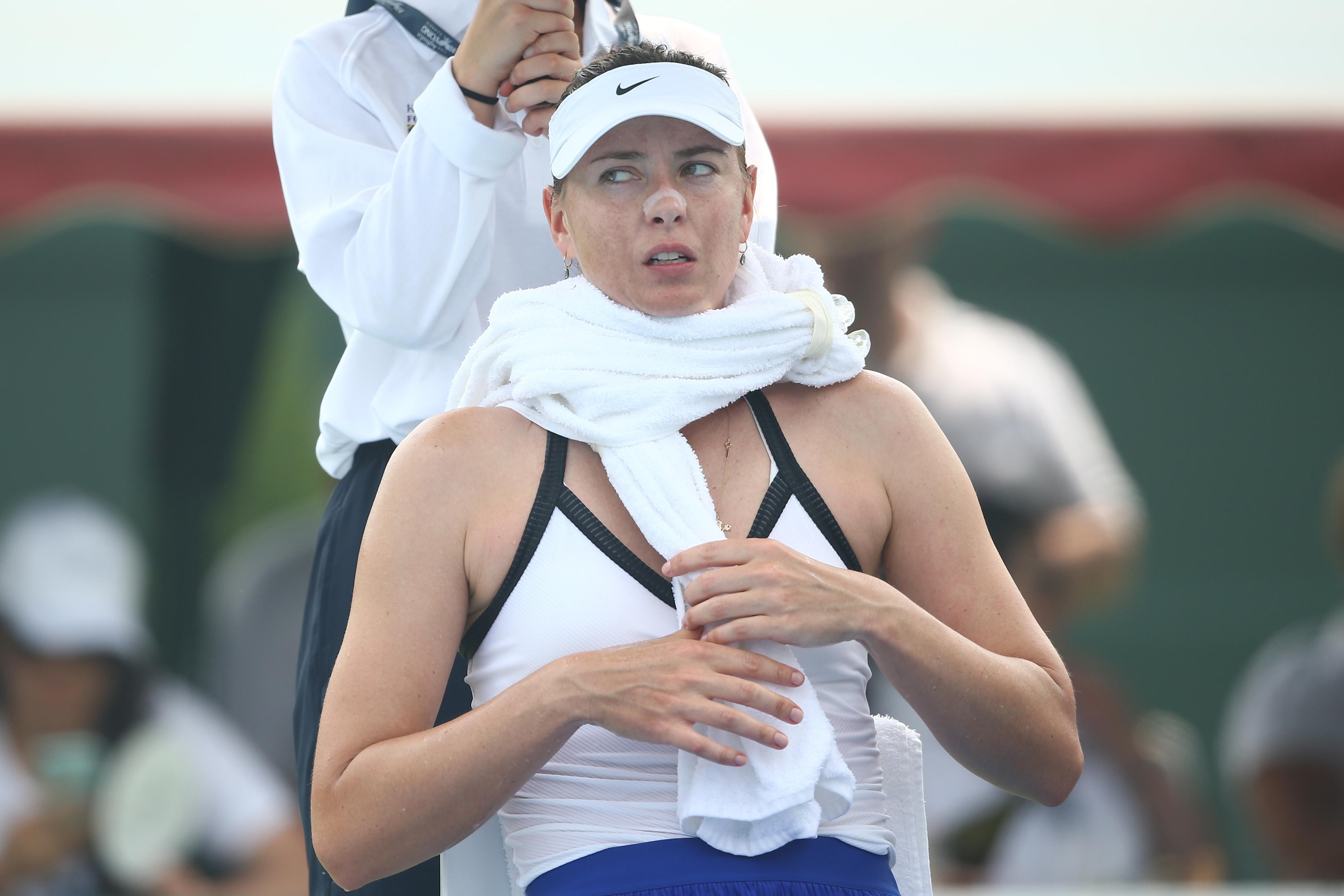 Dusící se Maria Scharapova. Zápas byl nakonec odvolán kvůli kouřovým podmínkám.