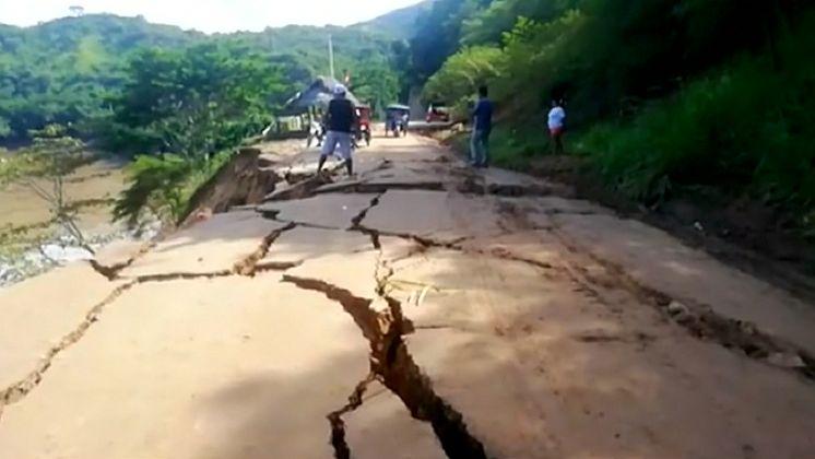 Popraskané silnice a zřícená skála. Peru bojuje snásledky osmistupňového zemětřesení