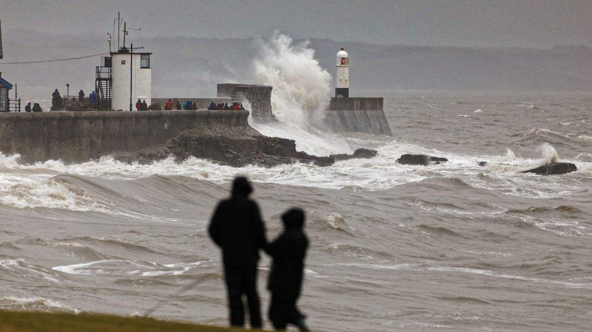 Británie se chystá na další bouři. Dennis zastavil lety, hrozí záplavy