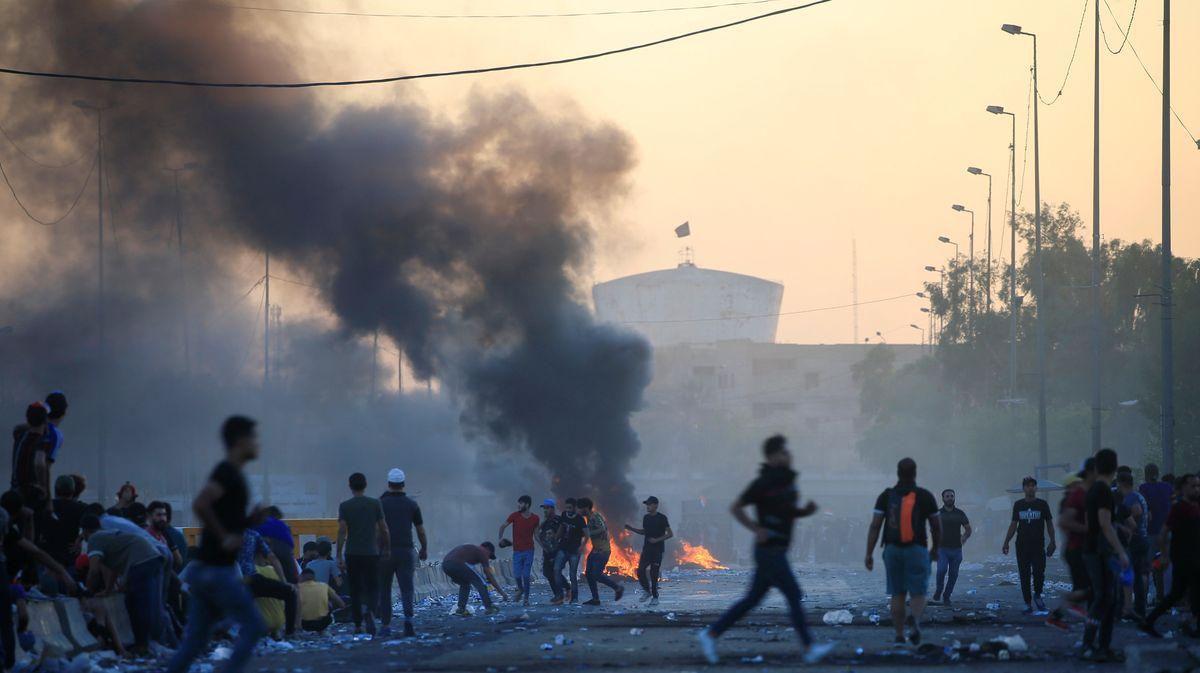 Stovka mrtvých a více než 4000raněných při protestech. Nejezděte do Iráku, vyzývají úřady