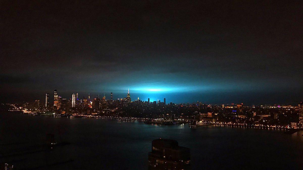 Modrá noční obloha vyděsila New York. Policie uklidňovala, že nejde omimozemšťany
