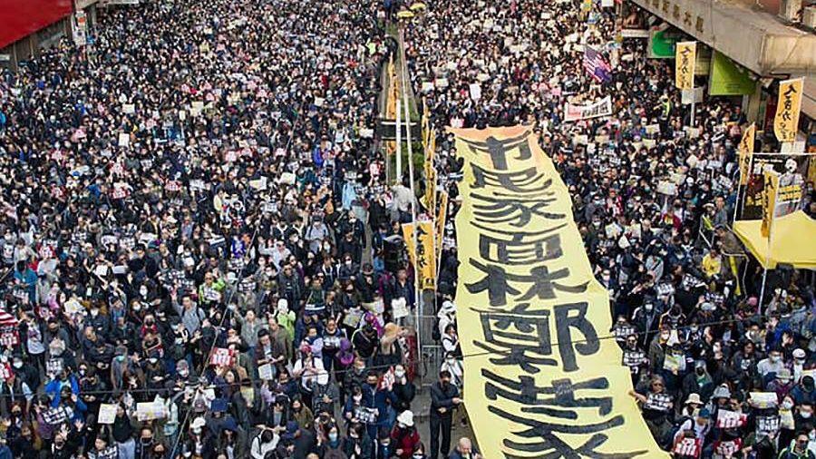 VHongkongu po půl roce demonstrovaly stovky tisíc lidí se svolením úřadů
