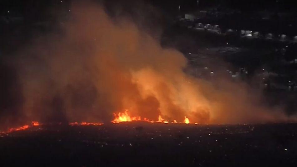 Kalifornii sužují další požáry, silný vítr šíří oheň dál. Vohrožení je iprezidentská knihovna
