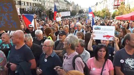 Kritikou Zemana a Babiše Kamila Moučková sklidila aplaus tisíců lidí na Václavskémnáměstí