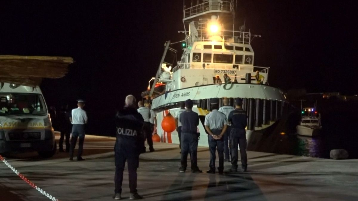 Prokuratura nařídila vylodění migrantů zOpen Arms, na břeh se dostali po několika týdnech