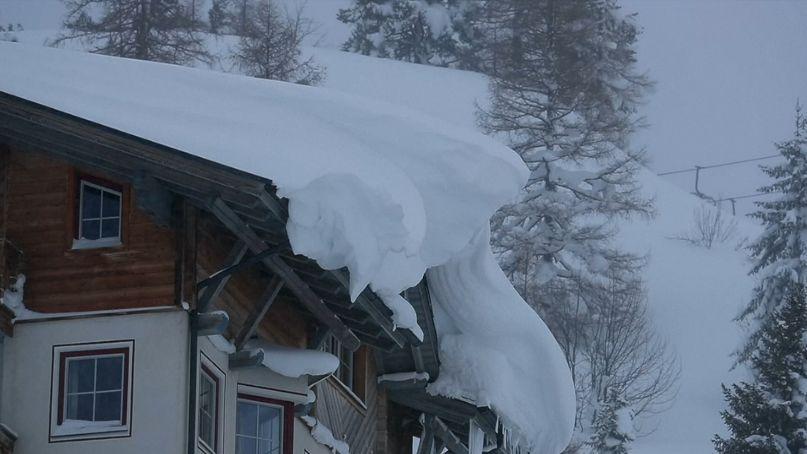 Rakousko má problém. Dochází posypová sůl a dál sněží