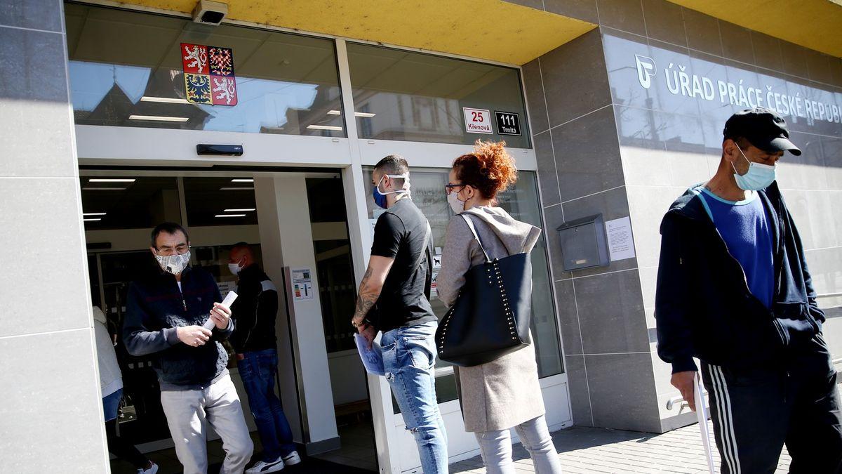 První účet za koronavirus: Desítky tisíc nových nezaměstnaných. Apřibudou další