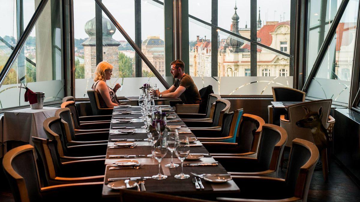 Některé restaurace si sopatřeními poradily a dál obsluhují hosty