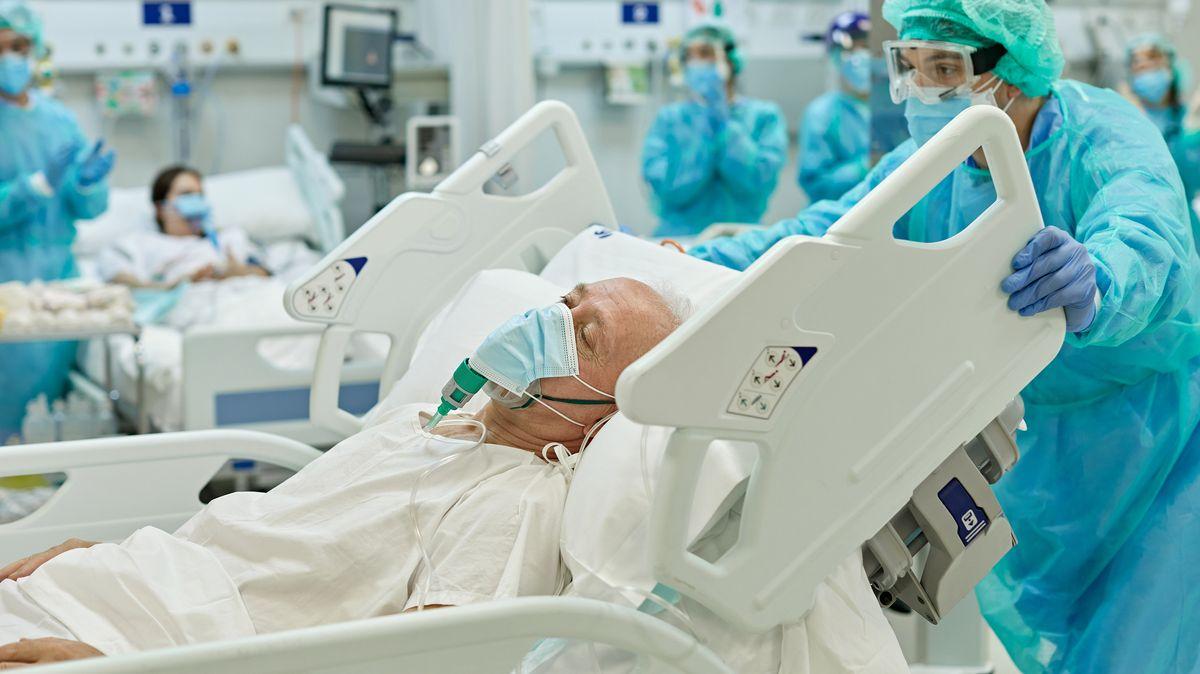 Hospitalizovaní scovidem jsou zdrtivé většiny neočkovaní, zní znemocnic