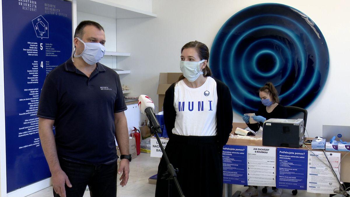 Dva miliony korun a čtyři tisíce dobrovolníků. Jak univerzita pomáhá včase koronaviru?