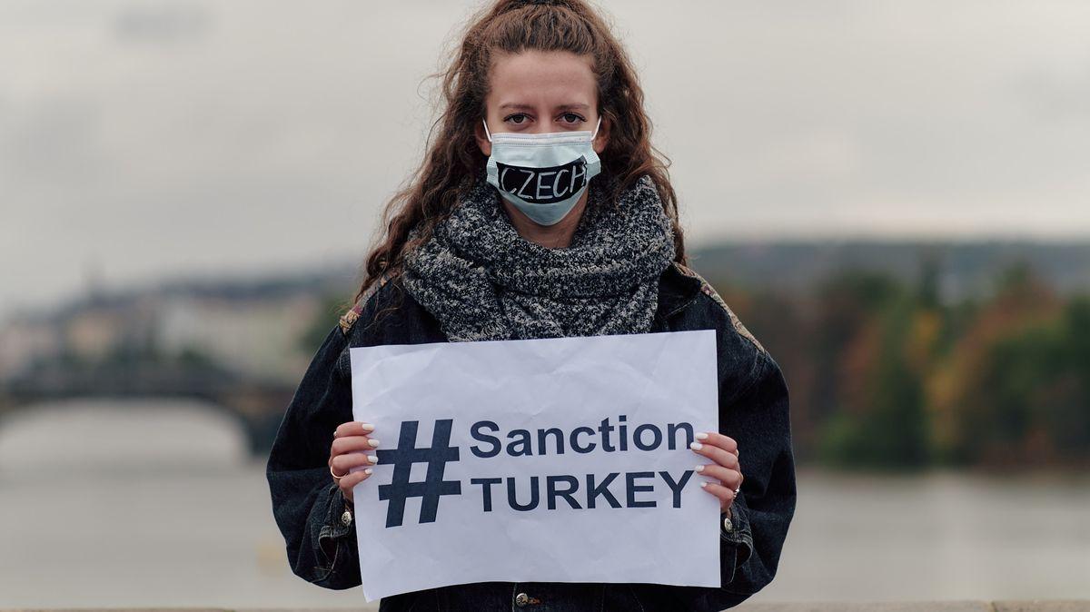 Obrazem: Lidé na Karlově mostě protestovali proti násilí vNáhorním Karabachu