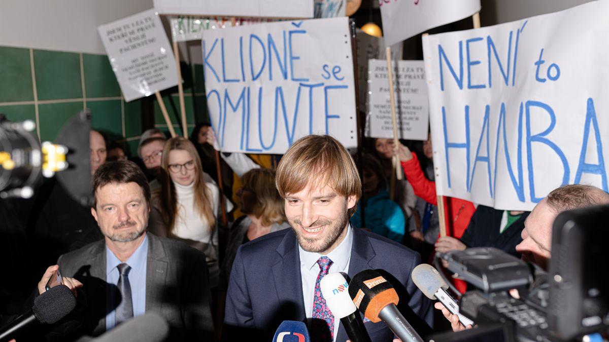 Nepřátelské ticho. Proti odvolání ředitele léčebny protestovaly stovky lidí