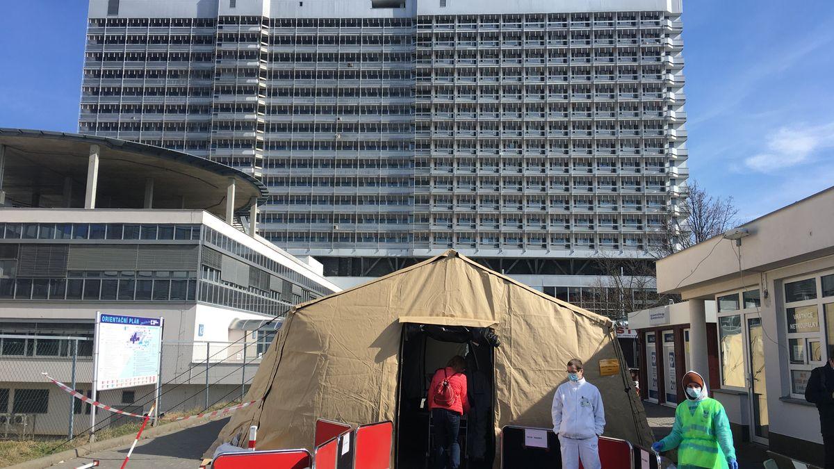 Upřednostňujme nemocné před agresivními dovolenkáři, vyzývá šéf nemocnice
