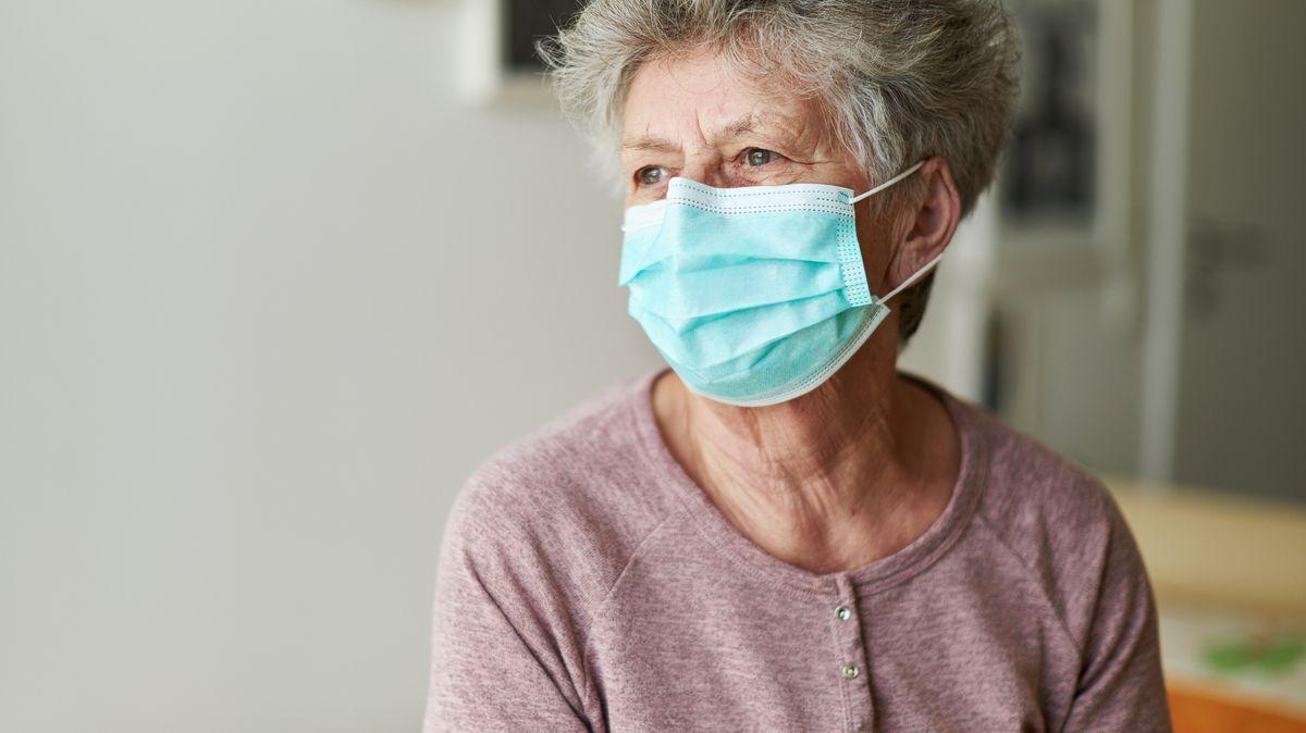 Špatná zpráva pro nemocnice. Virus se více šíří mezi seniory