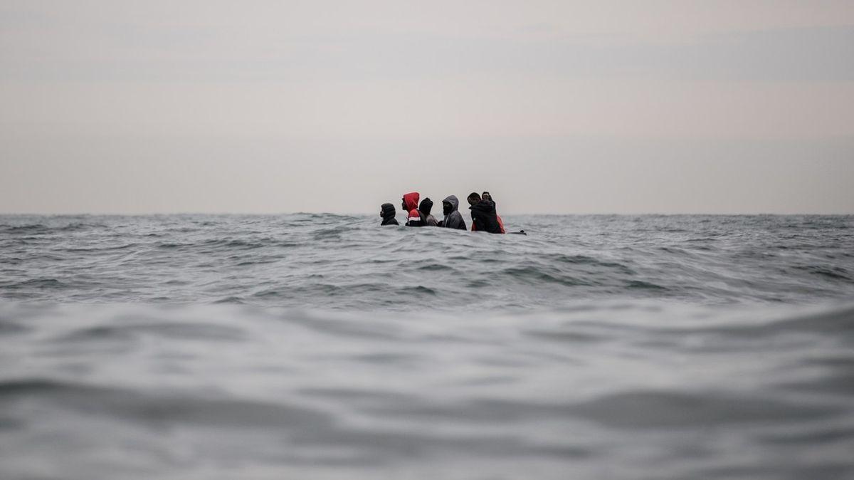Cesta uprchlíka. Fotograf zachytil život migrantů mířících do Británie