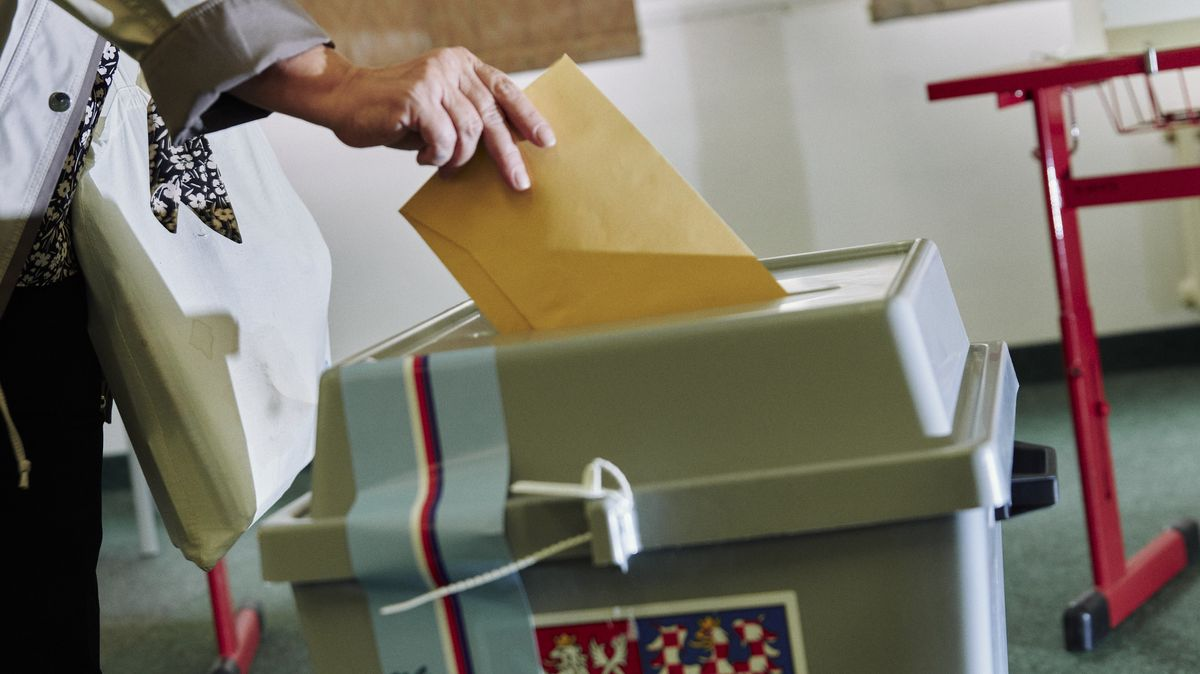 Protest proti volbám? Voliči házeli do uren jen prázdné obálky
