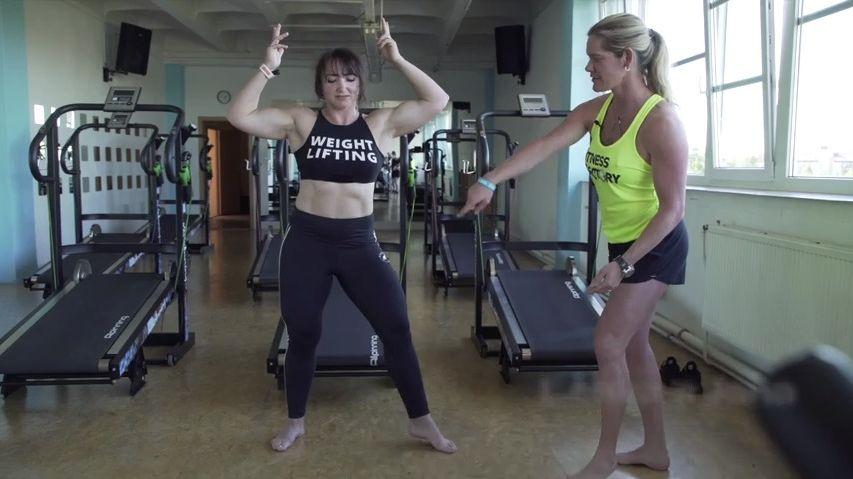 Vy, obézní, začněte rychle něco dělat! Sama mezi tělem posedlými